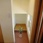 玄関の脇には階段下を利用した収納