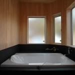 天然温泉を引いたヒノキの浴室