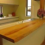 キッチンカウンターは信州産赤松の無垢材
