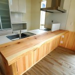 キッチンカウンターは杉の一枚板