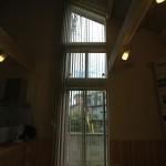 天井まである大きな窓 ラインドレープが印象的
