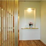 飾り棚が印象的な玄関