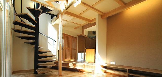 螺旋階段のある家