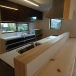07 無垢板をあしらったキッチンカウンター