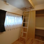 12 子供部屋は大きな収納の他に、ロフト収納も