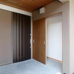 01_使い勝手のよい、引戸の玄関戸。横は便利な外収納。