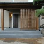 01_和風の庭に合わせてデザインした玄関