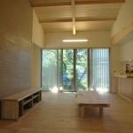 04_庭まで視線が一気に抜ける、開放的な玄関