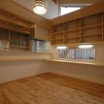 ご主人の仕事スペース。本棚もカウンターも全て手作り。