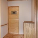 玄関からリビングに続く扉には、お施主さまの選んだステンドグラスをあしらいました。