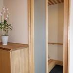 玄関横、シューズクロークへの引戸は鏡付き。