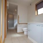 トイレ、洗面、脱衣スペースが一体になった、広々サニタリー