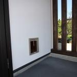 玄関ドア横のペット用ドア。ネコちゃんのお散歩用。