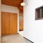 大きな外収納付きの玄関アプローチ