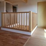 2階の物干しスペース。1階から床暖房の熱を効率よく取り入れるスノコ床