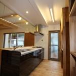 キッチン、右側にはこだわりの制作食器棚。