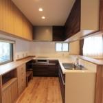 既製の棚と造り付け食器棚の高さを揃え、見た目にもおしゃれなキッチン