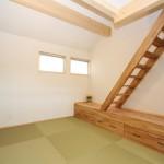 多目的室―椅子としても使える収納は、ロフトへつながるはしご付き