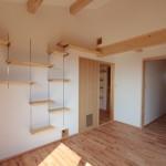 寝室02 : 組み替え自由な棚付き。壁の猫穴は吹抜けへと続きます。