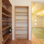 一見壁の本棚に見えますが、実は子供室の扉です