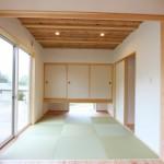 大壁を採用しすっきりとした和室 : 玄関から直接入ることもできます