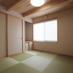 玄関に近い、小上がりの和室 : 建具を使用し独立した空間にも