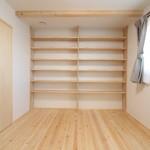 寝室_02:写真奥は造作可動棚です