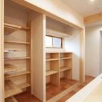 キッチン背面収納:建具を入れると見た目もスッキリ