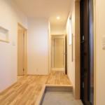 子世帯玄関:写真奥のドアは親世帯へつながります