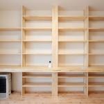 壁一面の長机付き造作本棚