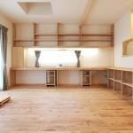リビングにあるカウンター付きの造作棚