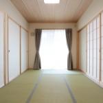 和室(幅の広い板を使用した敷目天井)