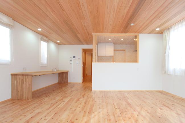 細長い敷地に建つ家