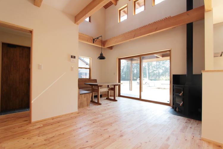 田舎暮らしにあう薪ストーブと床暖房のある有明のおうち