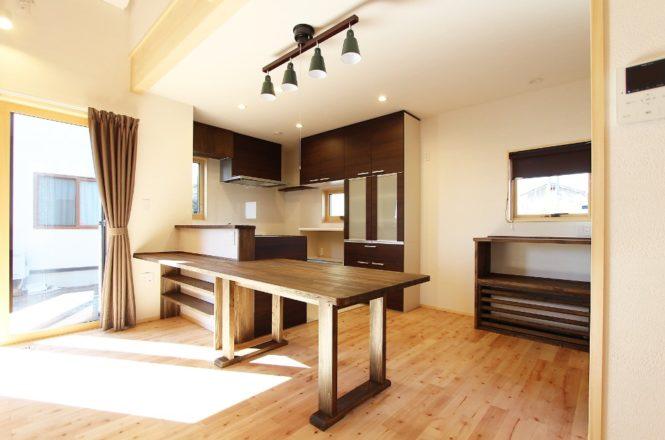 キッチンカウンターと同じ高さの造作ダイニングテーブル(可動)