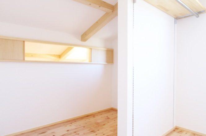 13-1-納戸が見える窓と可動式棚
