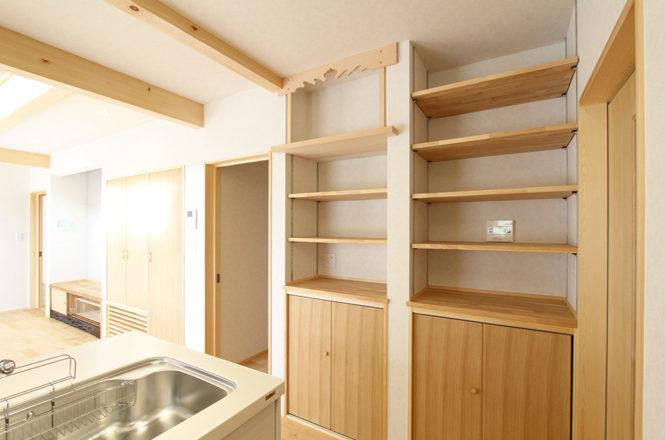 キッチン横の神棚と造作棚