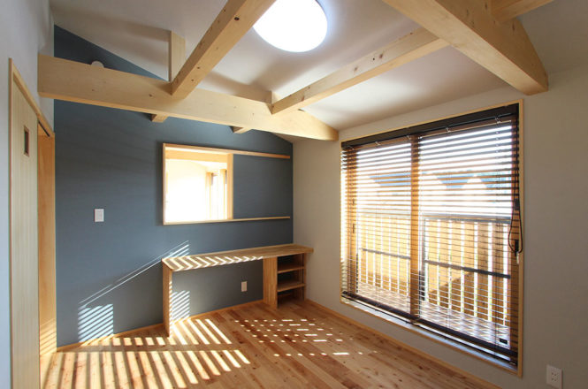 勾配天井と梁組みの洋室
