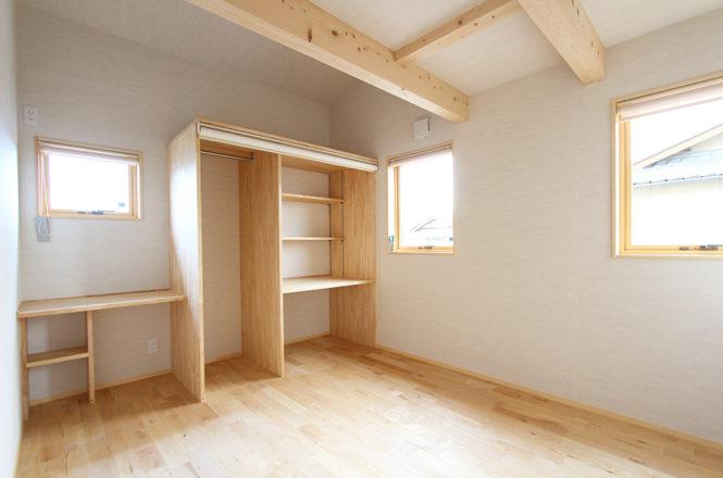ロールアップ式収納のある洋室
