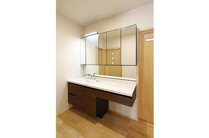 化粧スペースのある洗面室